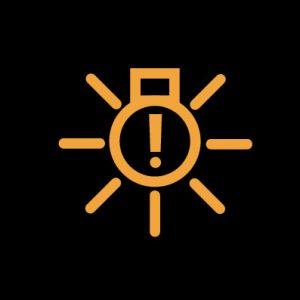 Желтая лампочка с лучами и восклицательным знаком внутри - индикатор неисправности наружного освещения