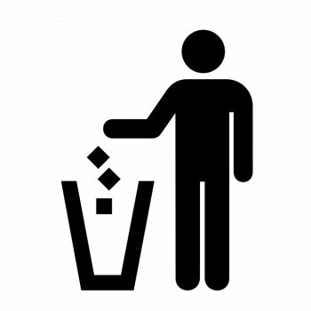 Человек выбрасывает мусор в урну