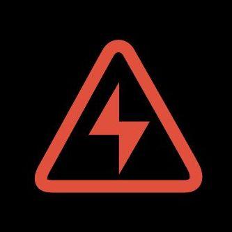 знак молния на приборной панели автомобиля